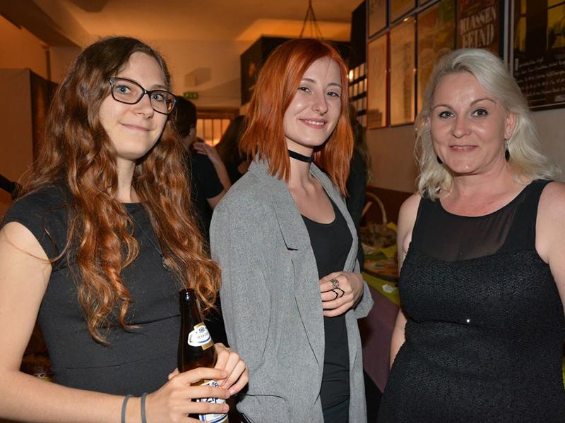 Gut gelaunt bei der Premierenfeier: Bühnenmitglieder Carmen Bichler, Nadine Hafner und Kathrin Puchwald.