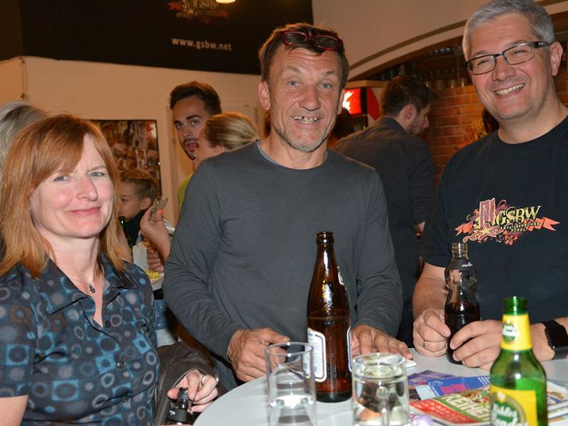 Bei der Premierenfeier: Anni und Helmuth A. Häusler mit Stuart Kugler, Obmann der Gaststubenbühne Wörgl (rechts).