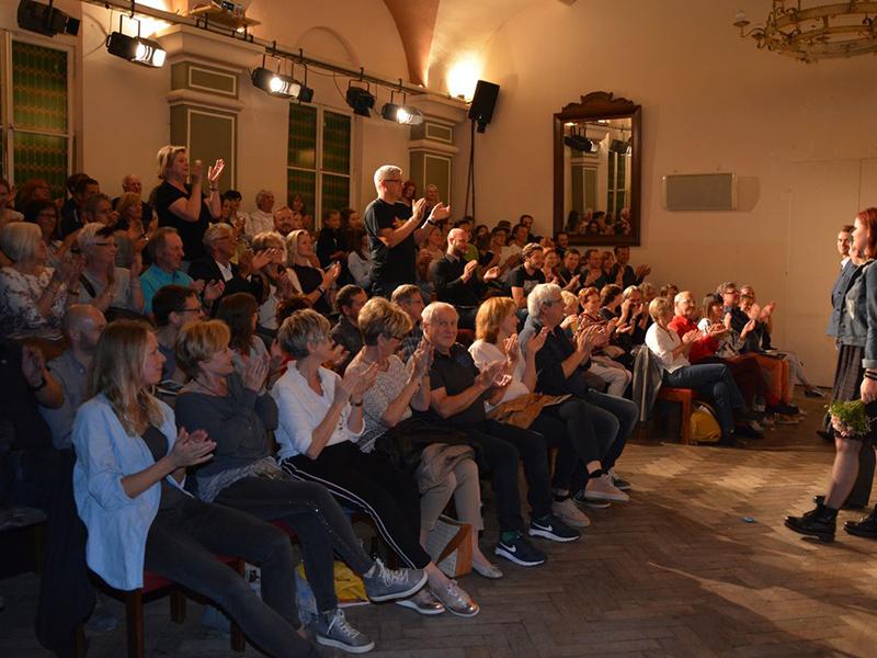 """Ausverkaufte Premiere im Astnersaal von """"Für Frieden und Freiheit."""""""