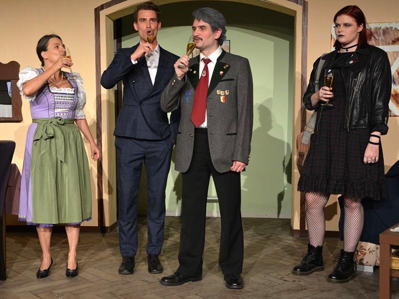 Ein Prost auf die Nominierung Wick Wimmers zur Gemeinderatswahl! Tochter Regina (Sophia Etzelstorfer) kann sich darüber aber nicht mehr freuen.