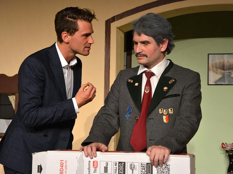 Sebastian Lang (Dominic Kainzner) beim Rhethorik-Training für Wick Wimmer (Patrick Haller).