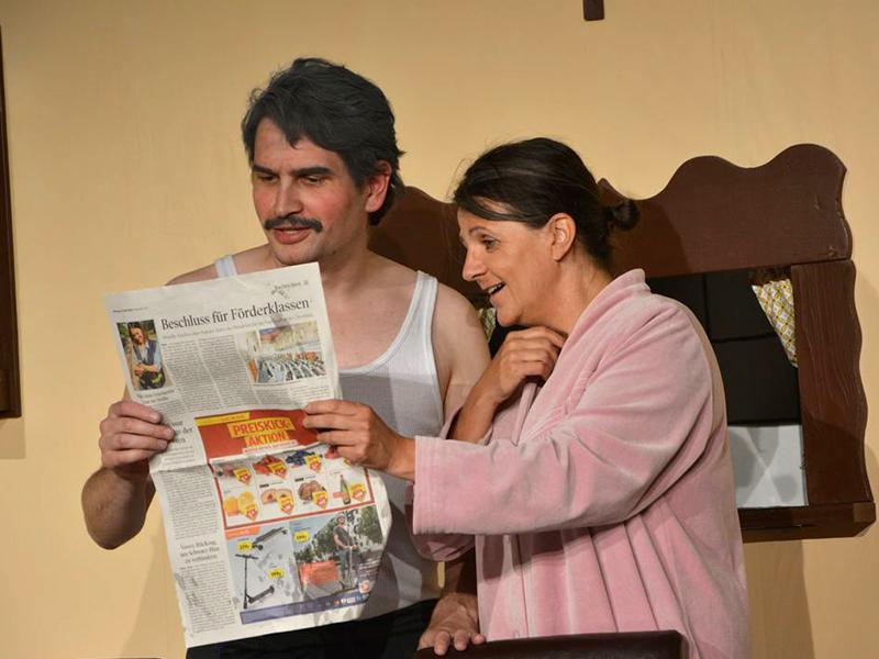"""Endlich mit einem Bild in der Rubrik """"Unter uns"""" in der Zeitung! Das Hausmeister-Ehepaar wird von Patrick Haller und Priska Mey verkörpert."""